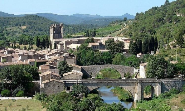 Première vue sur Lagrsse (11)... d'ici on domine toute la vallée de l'Orbieu, les deux ponts qui enjambent la rivière. Au loin l'abbaye Ste Marie d'Orbieu.